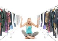 Blonde Schönheit in einer Garderobe Lizenzfreies Stockfoto