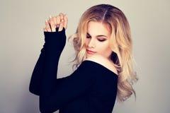 Blonde Schönheit Hübsches Frauen-Mode-Modell mit dem blonden Haar Stockbilder