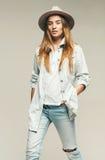 Blonde Schönheit im Hut- und Denimhemd Stockfotografie