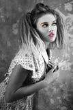 Blonde Schönheit im Monochrom Stockbild