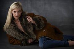 Blonde Schönheit im Pelz-Mantel Stockfotos