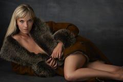 Blonde Schönheit im Pelz-Mantel Stockbild