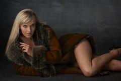 Blonde Schönheit im Pelz-Mantel Stockfoto