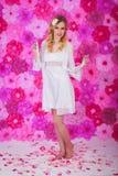 Blonde Schönheit im weißen Hausmantel Stockbilder