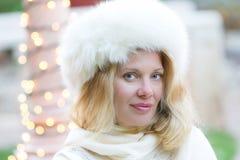 Blonde Schönheit im Winter Stockfotografie