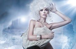 Blonde Schönheit mit Beutel Stockfoto