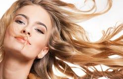 Blonde Schönheit mit dem erstaunlichen Haar Lizenzfreie Stockfotos