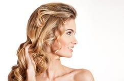 Blonde Schönheit mit dem erstaunlichen Haar Lizenzfreies Stockbild