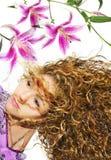 Blonde Schönheit mit Lilien Stockfotos