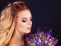 Blonde Schönheit Perfekte Frau mit Blumen Stockfotografie