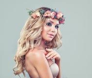 Blonde Schönheit Perfektes junges vorbildliches Woman Lizenzfreies Stockbild