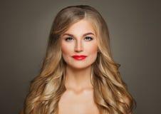 Blonde Schönheit Schöne Frau mit dem langen blonden Haar Stockfoto