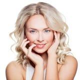 Blonde Schönheit Schöne Frau mit dem lockigen Haar Lizenzfreies Stockfoto