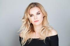 Blonde Schönheit Schöne junge Frau mit dem blonden gelockten Haar Lizenzfreie Stockfotografie