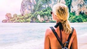 Blonde Schönheiten mit Sonnenbrille und Rucksack auf Raily, Hut Tom Sai Beach, Railay, Krabi Stockfotos