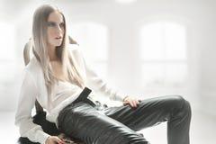 Blonde Schönheitsaufstellung Lizenzfreie Stockfotografie