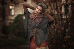 Blonde Schönheitsaufstellung stockfotos