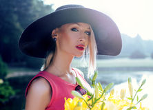 Blonde Schönheitsaufstellung Lizenzfreies Stockbild