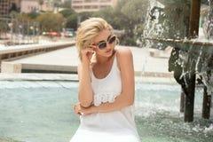 Blonde Schönheitsaufstellung im Freien in der Sonnenbrille lizenzfreies stockfoto