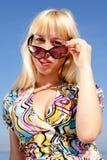 Blonde schauende Kamera Lizenzfreie Stockbilder