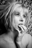 Blonde in scheuren royalty-vrije stock foto