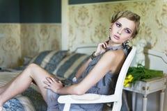 Blonde Schönheit in einem Weinleseraum Stockbilder