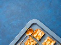 Blonde Schokoladenkuchen Apples mit Karamell auf Behälterblauhintergrund Stockfotografie