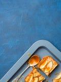 Blonde Schokoladenkuchen Apples mit Karamell auf Behälterblauhintergrund Stockfotos