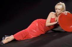 Blonde schoonheid in een rode kleding Royalty-vrije Stock Foto