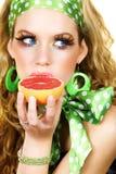 Blonde schoonheid met grapefruit royalty-vrije stock foto's