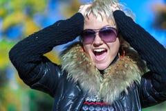 Blonde Schreie in die Kamera Lizenzfreies Stockbild
