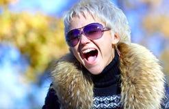 Blonde Schreie in die Kamera Stockfoto