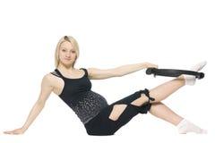 Blonde schwangere Frau, die pilates tut Lizenzfreie Stockfotos