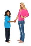 Blonde Schwester, die Hände mit ihrem rasta Bruder rüttelt Lizenzfreie Stockbilder