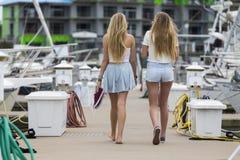 Blonde Schwestern draußen Stockfotos