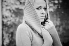 Blonde sensual de la muchacha en la caída ventosa blanco y negro Imagen de archivo