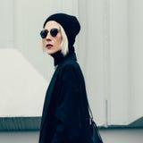 Blonde sensual de moda en la calle de la ciudad Imagen de archivo libre de regalías