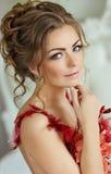 Blonde sensual hermoso de la muchacha en un traje de baño de las flores rojas, cl fotos de archivo libres de regalías