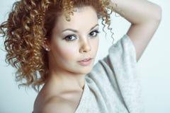 Blonde sensualy aufwerfende Frau der Junge recht Gelockte Frisur Stockbilder