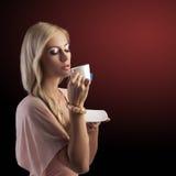 Blonde sensuele vrouw met witte theekop Stock Foto's