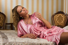 Blonde sessuale in un boudoir immagini stock