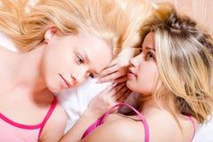 2 blonde sexy attraktive junge Frauen der grünen u. blauen Augen, hübsche Schwestern oder Freundinnen, die sich zusammen im Nahau Lizenzfreies Stockbild