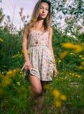 Blonde sexy Aufstellung im Sommerkleid Lizenzfreies Stockfoto