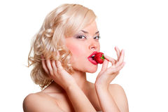Blonde 'sexy' com morango fotografia de stock royalty free