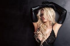 Blonde sexy Dame, die in der eleganten Unterwäsche aufwirft Lizenzfreies Stockbild