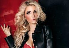 Blonde sexy Dame, die in der eleganten Unterwäsche aufwirft Stockbilder