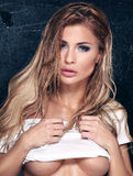 Blonde sexy Dame, die im Studio aufwirft Stockfoto