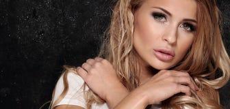 Blonde sexy Dame, die im Studio aufwirft Lizenzfreie Stockfotografie