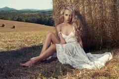 Blonde sexy dans la prairie de fauche Images stock