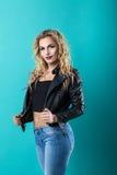 Blonde sexy dans une veste en cuir noire Image stock